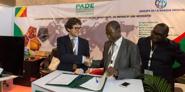 Signature de contrat pendant l'ICB, entre Le Medef international et le PADE